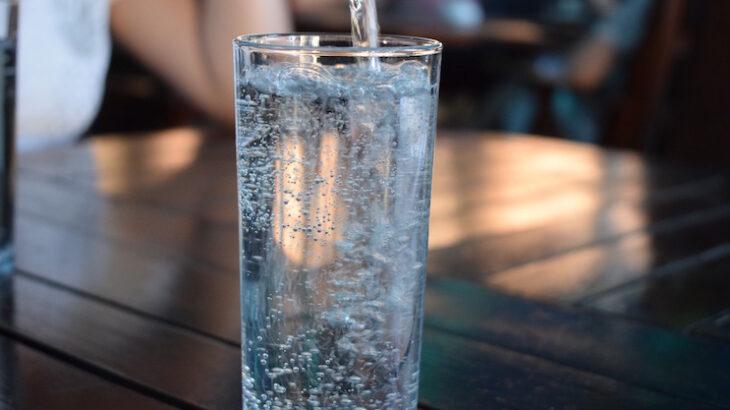 ペットボトルの水を飲むのをやめたほうがいい理由!水道水・浄水器・宅配水の安全性・コストを比較